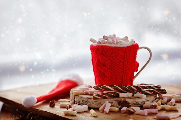 Kubek gorącej czekolady z marsmallows na białym.