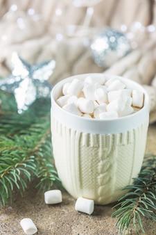 Kubek gorącej czekolady z piankami marshmallow na świątecznym tle