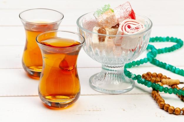 Kubek gorącej herbaty i talerz deserów tureckich