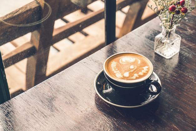 Kubek gorącej kawy latte w kawiarni restauracji