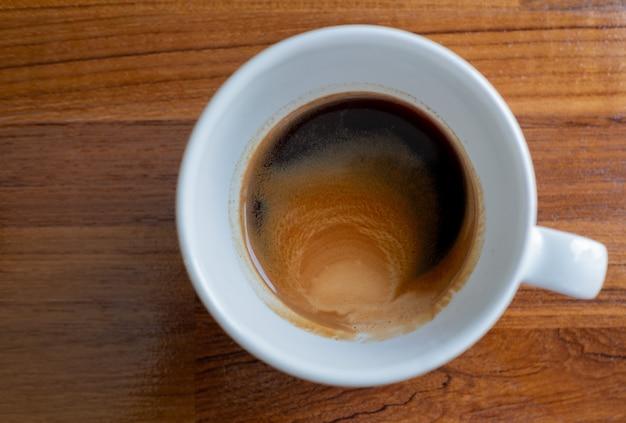 Kubek gorącej kawy na stole, czas relaksu, pora poranna