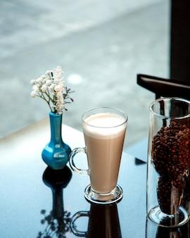 Kubek gorącej latte z pianką