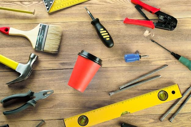 Kubek jednorazowy i narzędzia budowlane