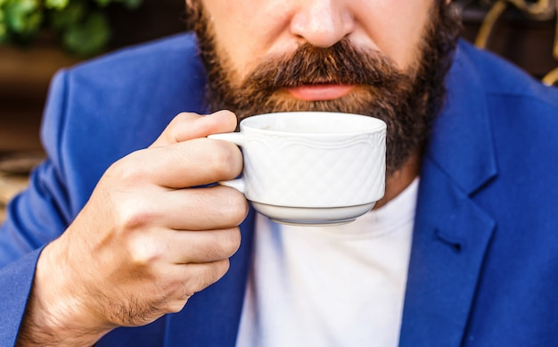 Kubek kawy. filiżanka kawy espresso cappuccino i czarna. napój kawowy. brodaty mężczyzna, trzymając się za ręce filiżanki gorącej kawy. czas na kawę.