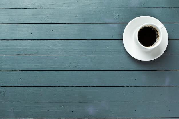 Kubek kawy na drewnianym stole