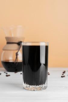 Kubek kawy na stole