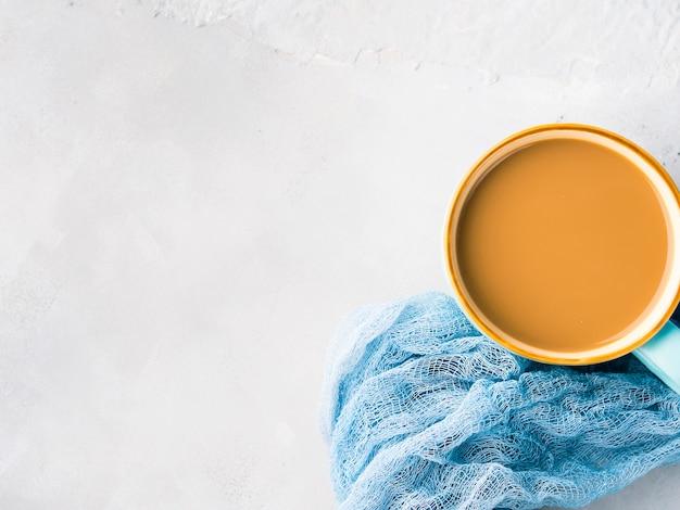 Kubek kawy z mlekiem. pastelowe kolory