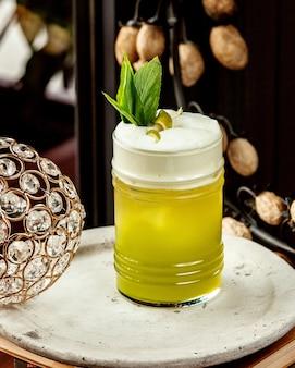Kubek koktajlu limonkowego z dodatkiem mięty i skórki limonki
