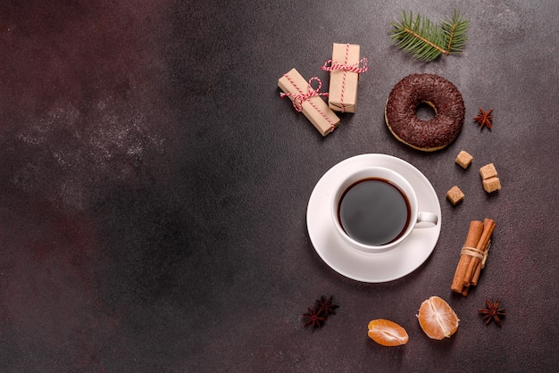 Kubek mocnej kawy na świątecznym stole ze świerkowymi gałązkami i zabawkami. przygotowanie do wakacji
