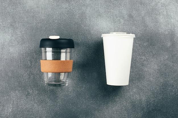Kubek na wynos i jednorazowy kubek papierowy z plastikową pokrywką. świadomy wybór. koncepcja wielokrotnego użytku, zero odpadów.