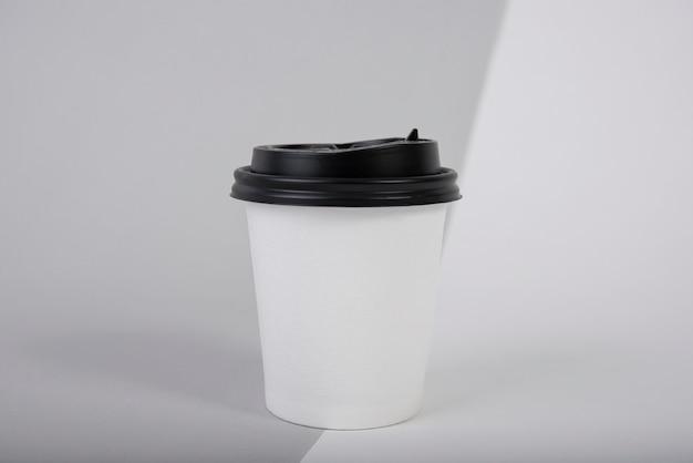 Kubek papierowy czarny i biały kawy. makieta do kreatywnego projektowania marki.