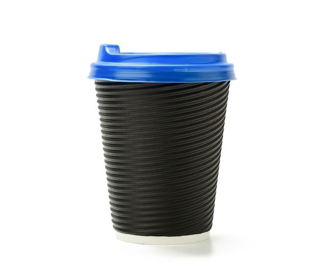 Kubek papierowy jednorazowego gorącego napoju z niebieską pokrywką na białym tle