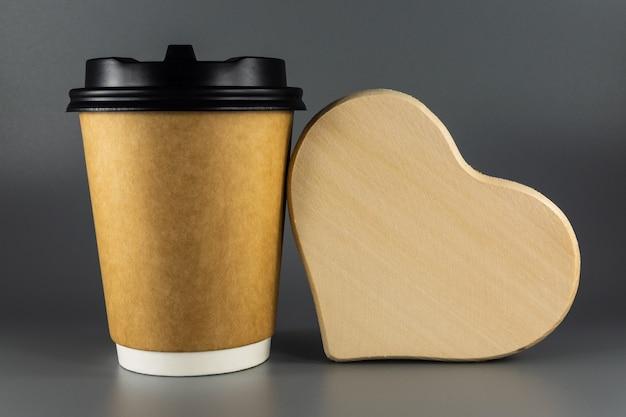 Kubek papierowy jednorazowy na kawę i drewniane serce