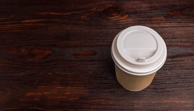 Kubek papierowy na kawę i herbatę na stole