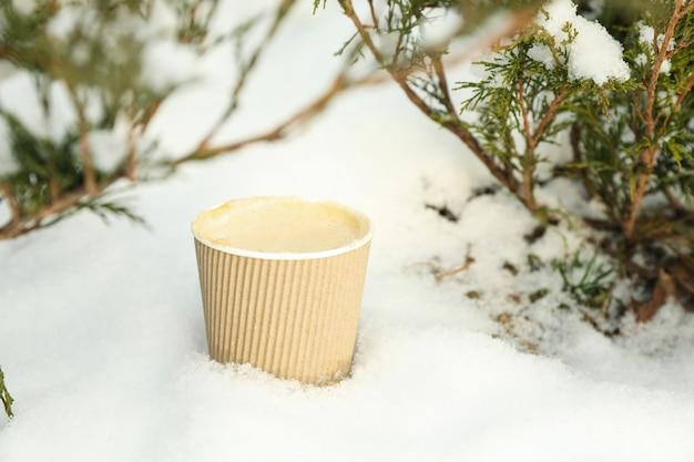Kubek papierowy z kawą na świeżym powietrzu w zimie