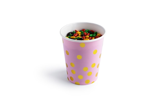 Kubek papierowy z kolorowych nasion słonecznika czekolady na białym tle.