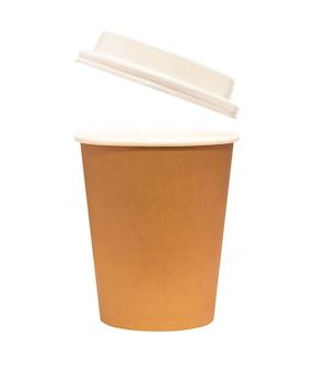 Kubek papierowy z pokrywką na białym tle. jednorazowa zastawa stołowa do gorących napojów