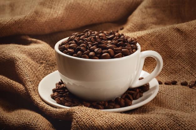 Kubek pełen ziaren kawy