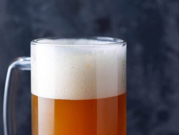 Kubek piwa niefiltrowane piwo pszeniczne z dużą nasadką z pianki