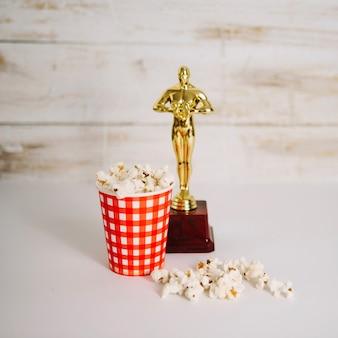 Kubek popcorn i statuetka oscara