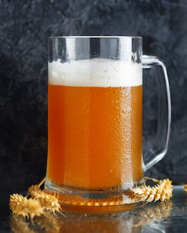 Kubek pszenicy niefiltrowane piwo z bliska kłosy pszenicy