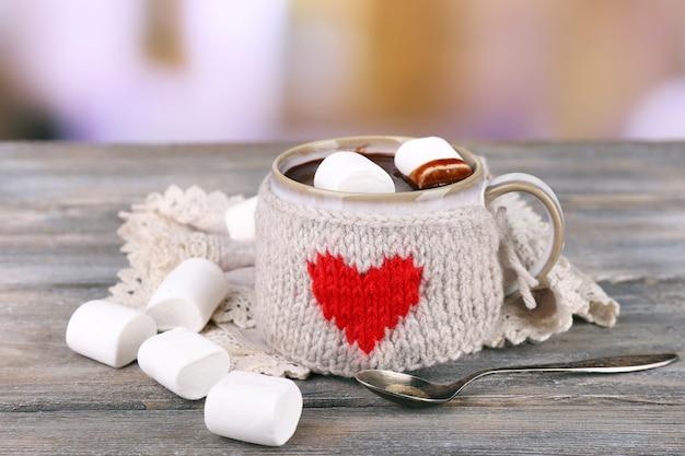 Kubek smacznego gorącego kakao na drewnianym stole