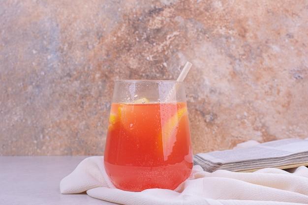 Kubek soku z kawałkami owoców