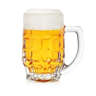 Kubek świeżego piwa z pianką na białym tle