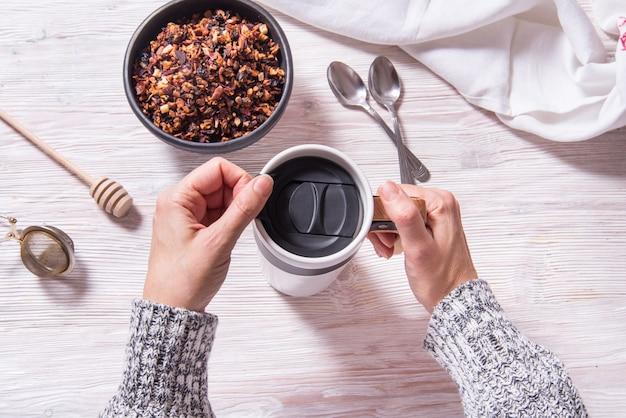 Kubek termosowy, biały kubek, przygotowanie zimowej herbaty owocowej