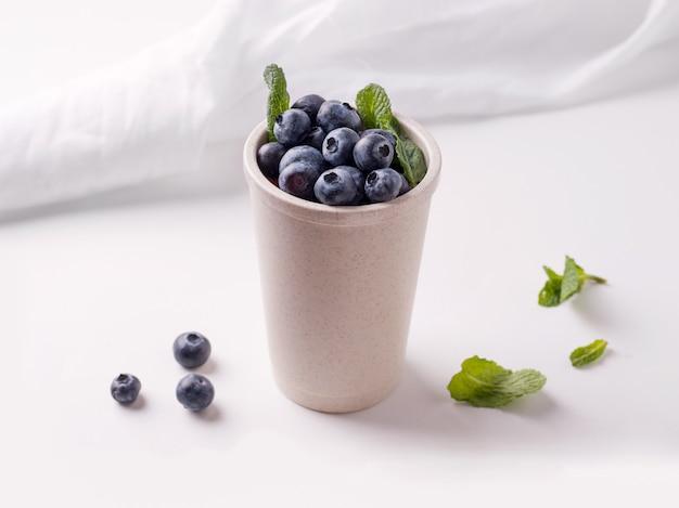 Kubek wielokrotnego użytku z jagodami