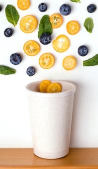 Kubek wielokrotnego użytku z kawałkami owoców kumkwatu
