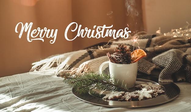 Kubek z ciasteczkami świątecznymi. wesołych świąt