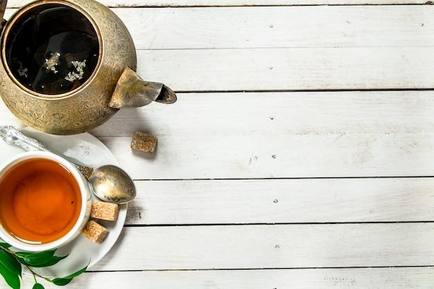 Kubek z czarną herbatą.