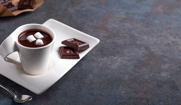 Kubek z gorącą czekoladą i piankami. miejsce na tekst