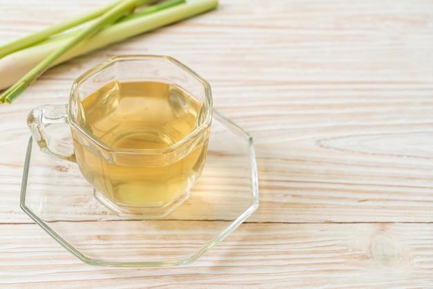 Kubek z gorącym sokiem z trawy cytrynowej