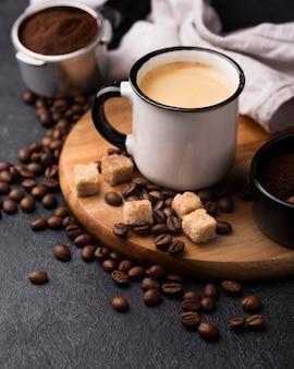 Kubek z kawą pod wysokim kątem