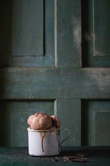 Kubek z lodami czekoladowymi