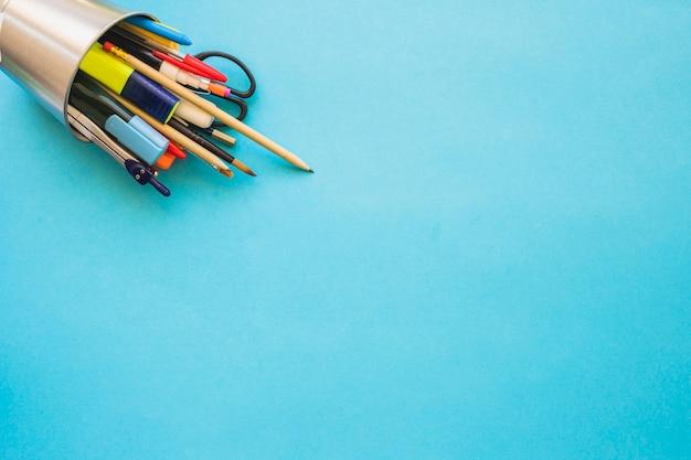 Kubek z narzędziami do pisania