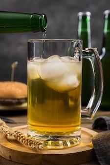 Kubek z piwem na stole