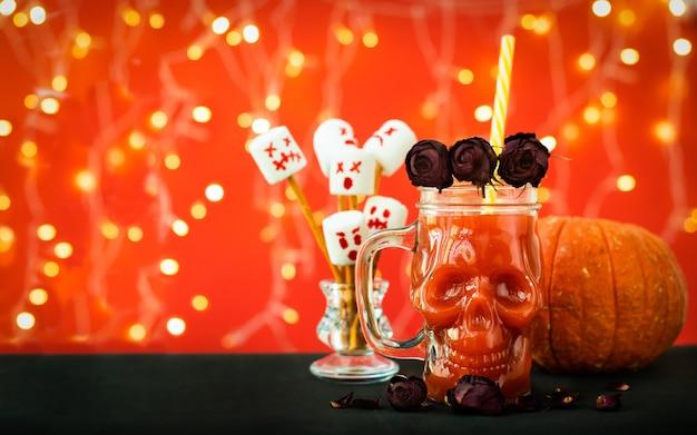 Kubek ze szkła czaszki z sokiem pomidorowym