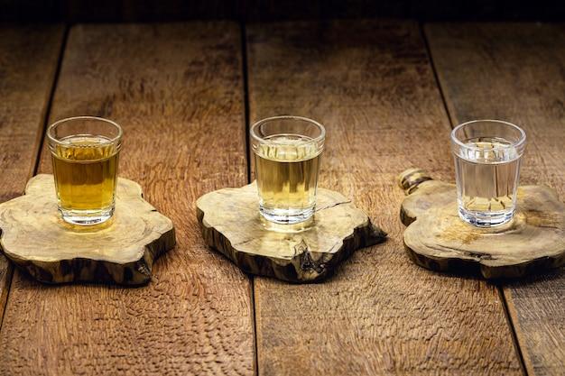 """Kubki cachaía, brazylijskiego napoju z trzciny cukrowej, brazylijski bieg popularnie zwany """"pinga"""", kopia przestrzeń"""