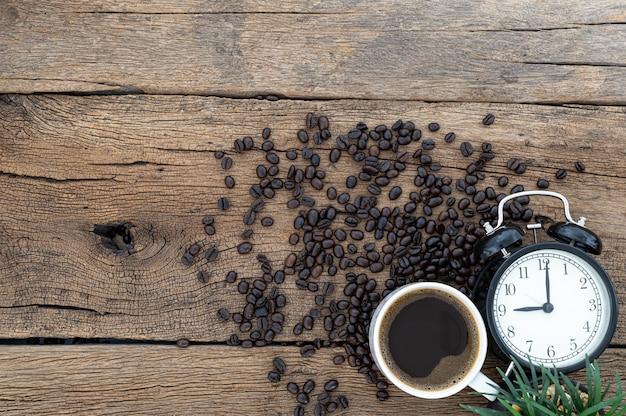 Kubki do kawy i zegarki widok z góry na biurko