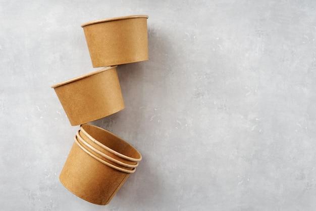 Kubki papierowe eko kraft na szarym tle
