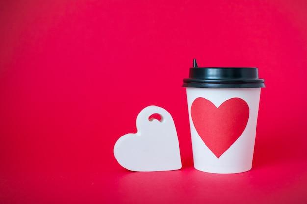 Kubki papierowe jednorazowe z czerwonym sercem