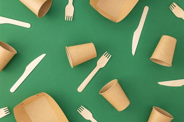 Kubki papierowe jednorazowe z drewnianymi widelcami i nożami na zielono
