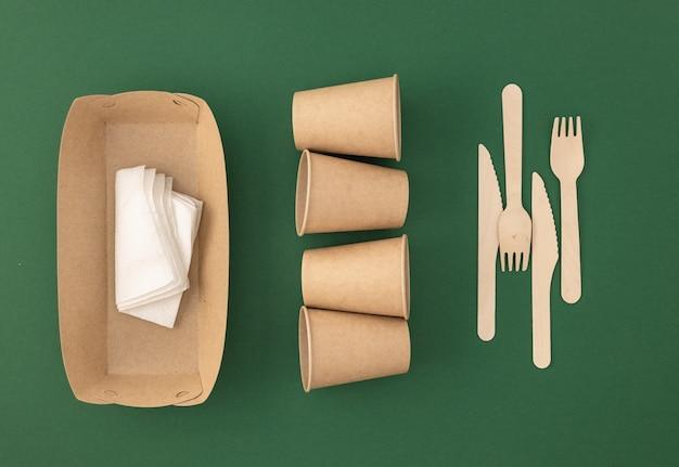 Kubki papierowe jednorazowe z drewnianymi widelcami i nożami