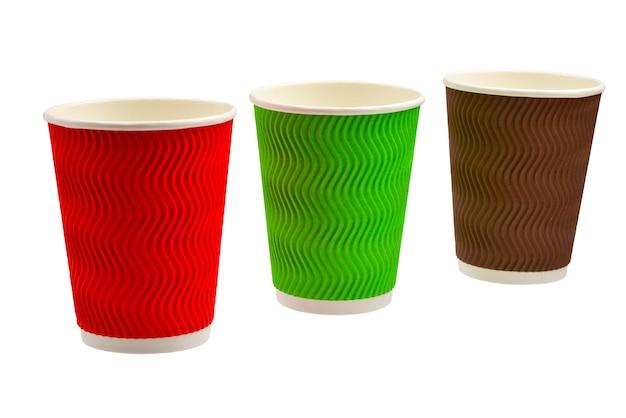 Kubki papierowe na różne napoje. czerwony, zielony, brązowy. puste kubki papierowe. na białym tle.