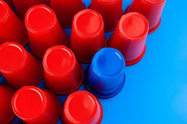 Kubki plastikowe w kolorze czerwonym i niebieskim