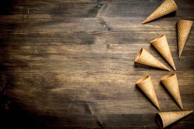 Kubki waflowe do lodów na drewnianym stole