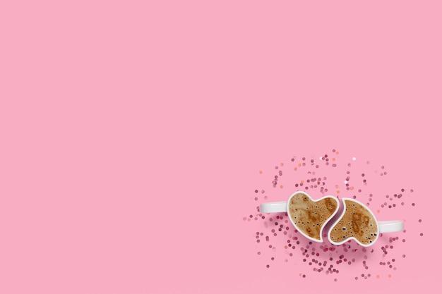 Kubki z kawą i konfetti na różowym tle. widok z góry koncepcji walentynek z miejsca na kopię